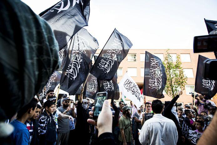 Archiefbeeld ter illustratie: Tijdens de anti-Israël demonstratie in de Schilderswijk (2013) zwaaiden demonstranten met zwarte jihadvlaggen.