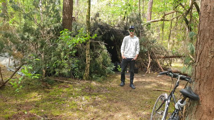 De Letse jongeman die al maanden in de bossen woont van Mierlo oogt niet als een zwerver, met zijn fiets maakt hij geregeld een rondje langs de supermarkten.