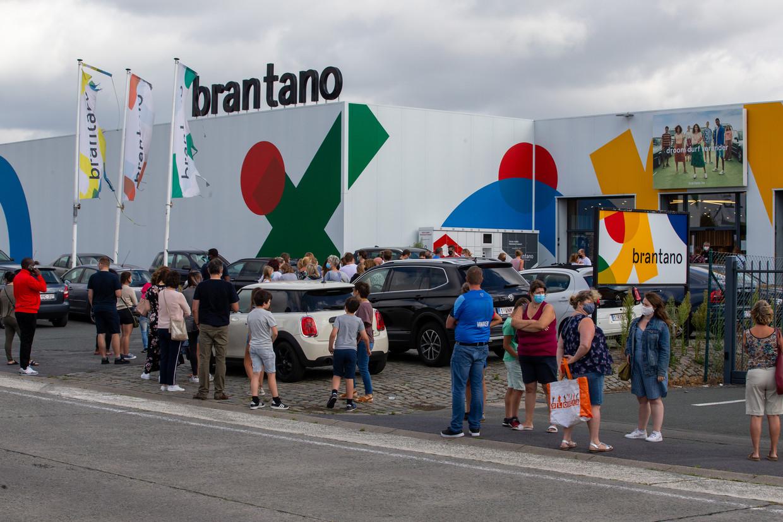 Bij Brantano was het zaterdag soms uren aanschuiven. Beeld BELGA