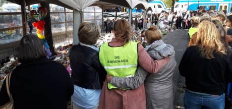 Collega's van alle Osse basisscholen steunen docenten Korenaer bij hun tocht naar herdenkingsplek