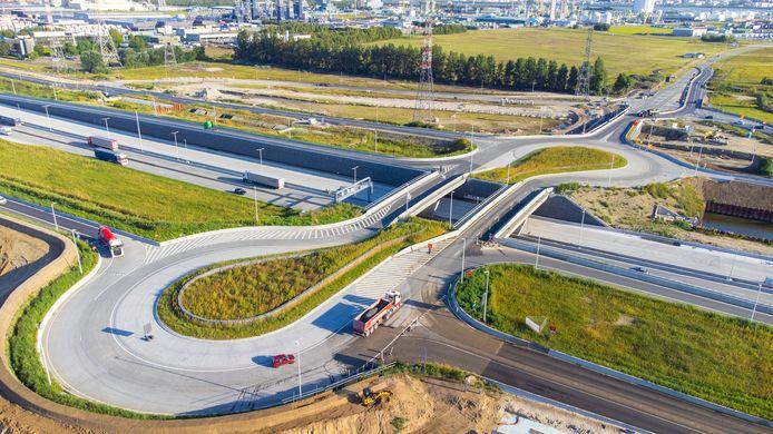 De verkeerswisselaar Waaslandhaven-Oost is voortaan een volwaardig complex waarbij men  de E34 in beide richtingen kan op- en afrijden.