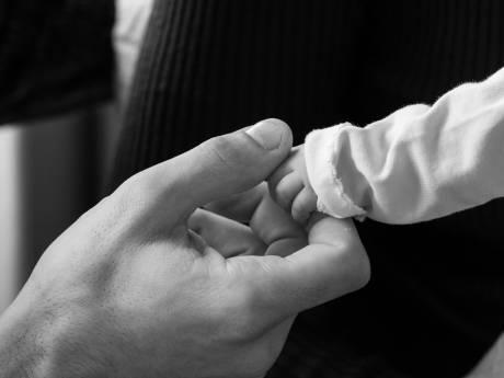 Een foto van het laatste moment met je overleden kind: 'Ook een overleden kindje mag gezien worden'