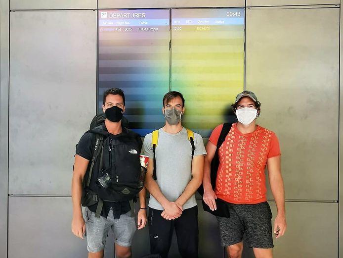 Maarten Cox (links) met zijn maten Kevin en Tim op het vliegveld voor hun vlucht naar Kuala Lumpur. Vanaf daar vlogen ze uiteindelijk naar Amsterdam.