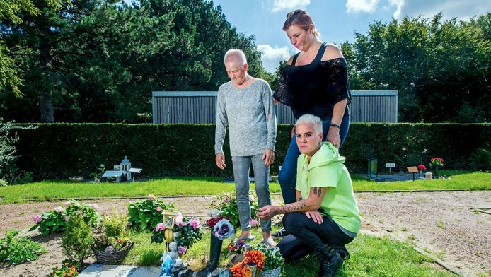 Sylvia van Veen (vooraan) met haar moeder en een vriendin in gedachten verzonken bij het graf van Samantha.