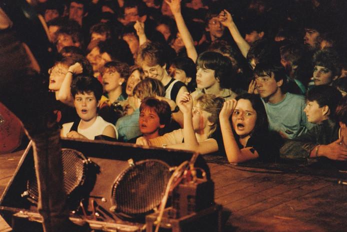 Publiek in de manege De Molenheide tijdens Paaspop in de jaren tachtig.