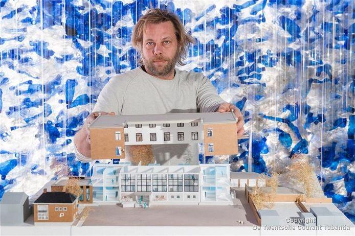 Architect Michiel de Wit met de maquette.