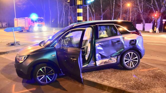 Automobilist onder invloed rijdt door rode licht: auto nachtverzorgende aangereden op Rijksweg