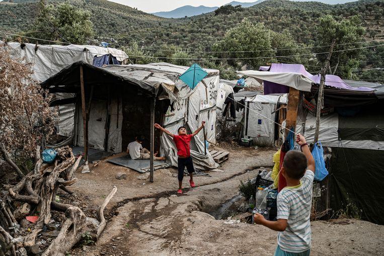 Een tentenkamp nabij Moria op Lesbos. In Moria zitten bijna 1600 kinderen onder de 16 vast zonder familielid. Beeld Aris Messinis / AFP