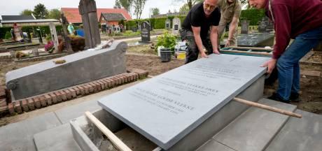 Grafstenen Vlekkes op sterfdag eerste suikerdirecteur in ere hersteld