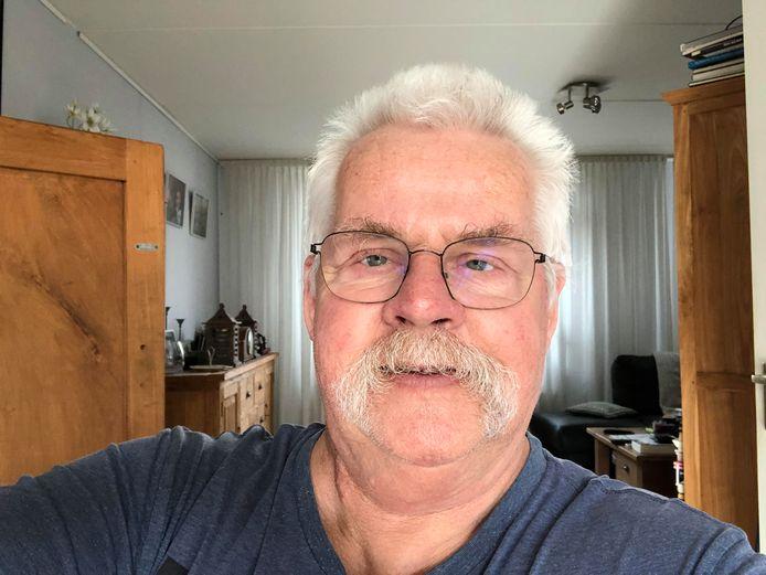 Het haar van Rene van der Vliet is toch niet lang? ,,Nou, normaal is het gemillimeterd. Ook mijn snor groeit alle kanten op.  Ik krijg wel complimenten dat het mij goed staat. Ik schaam mij er niet voor en ben benieuwd hoe het lang het wordt tot de kappers opengaan. De kans is ook aanwezig dat ik het laat groeien.