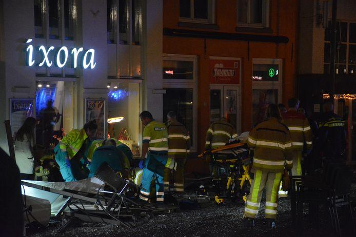 Hulpdiensten ontfermen zich over de gewonden.