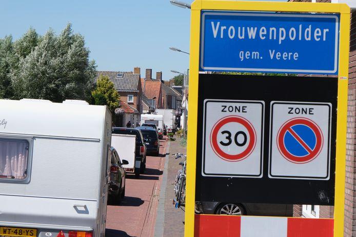 In Vrouwenpolder liep het verkeer vanmiddag compleet vast.