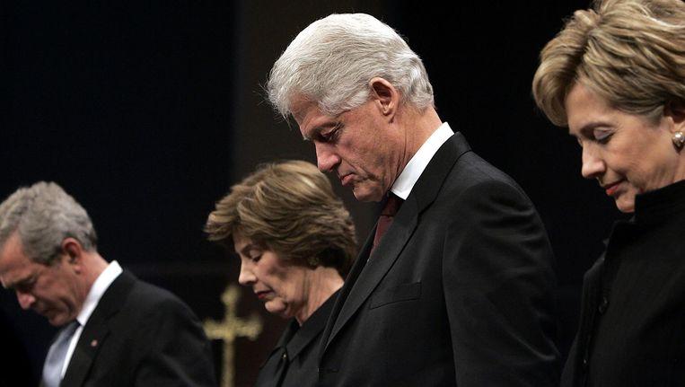 George W. Bush, zijn vrouw Laura, Bill Clinton en Hillary Clinton tijdens een herdenkingsdienst in 2006 toen Bush nog president was. Beeld ANP