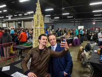 Legofans vergapen zich aan 2,7 meter hoge replica van Onze-Lieve-Vrouwekathedraal