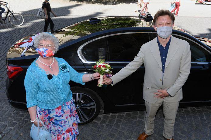 Trouwen gaat Lucie Mertens niet doen met haar favoriete taxichauffeur maar trouw is ze wel aan het taxibedrijf en dat mag je erg letterlijk nemen.