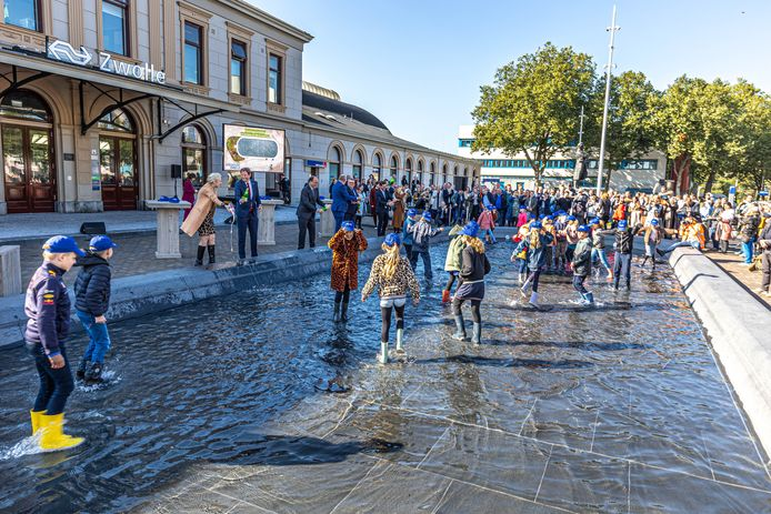 De feestelijke opening van het plein aan de voorzijde van het station vrijdagmiddag, met basisschoolkinderen en bestuurders van onder meer de gemeente, NS en ProRail.