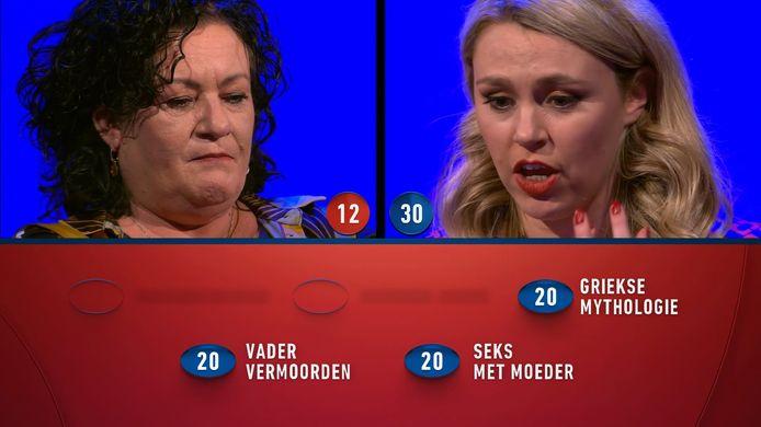 Lisa Loeb (rechts) speelt Caroline van der Plas naar huis in de finale. Loeb wist op de valreep vragen te beantwoorden over het Oedipuscomplex.