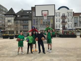Speel eens een wedstrijdje basketbal of voetbal op het Marktplein in De Panne