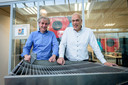 """Eric de Vries en Ysbrand Wijnant van bedrijf 4silence met hun WHIS-top: een compacte en  goedkoper alternatief voor de traditionele geluidswal, waarmee zij nu de Duitse markt hopen te veroveren. De Vries: ,,Ja, het werkt er anders. Hiërarchischer. Maar soms is dat ook wel prettig."""""""