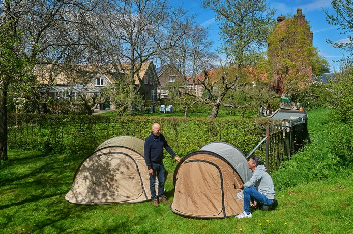 Hans de Groot en schoonzoon Paul Kooijman plaatsen wat tenten in hun tuin annex camping.