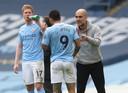 Pep Guardiola geeft instructies aan Gabriel Jesus en Kevin de Bruyne.