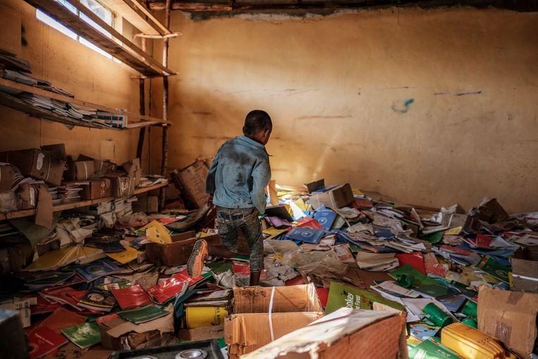 Resten van een bibliotheek in een verwoeste basisschool in Tigray. Beeld Eduardo Soteras Jalil/MSF