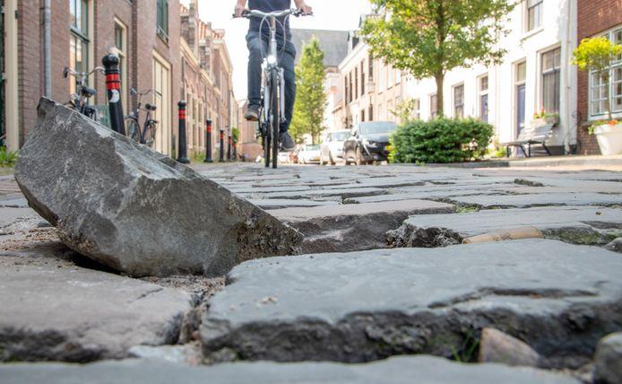 Bewoners van de Kerkstraat in de binnenstad van Harderwijk zijn het zat: de losgeraakte keien in de straat. Maar er speelt veel meer, benadrukken zij.