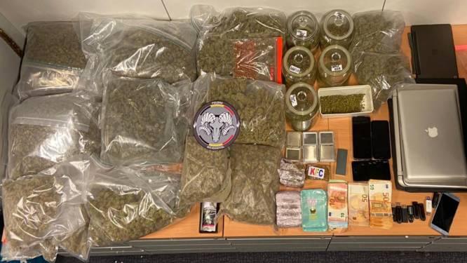 Drugsdealer op proeftijd opgepakt: meer dan 100.000 euro, een honkbalknuppel met prikkeldraad en bijna 10 kg cannabis
