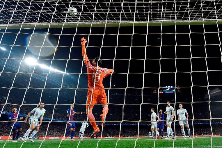 Thibaut Courtois in actie tijdens Barcelona-Chelsea, woensdagavond. De Belg verloor en ligt uit de Champions League. Beeld AFP