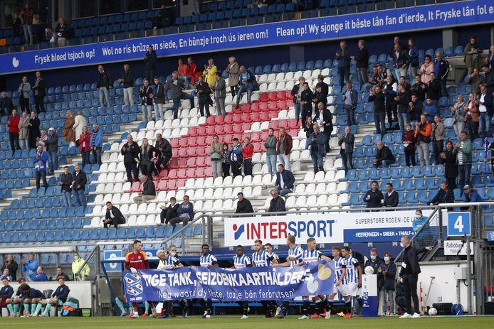 De spelers van SC Heerenveen bedanken de seizoenkaarthouders voorafgaand aan het duel met Willem II.
