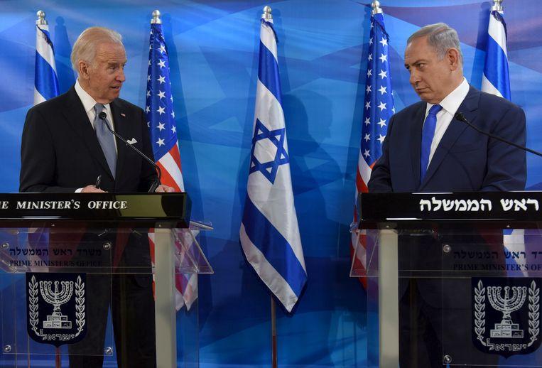 Joe Biden (links) en Benjamin Netanyahu tijdens een gezamenlijke verklaring in 2016 in Jeruzalem.  Beeld Reuters
