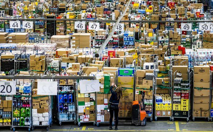 Een distributiecentrum van Albert Heijn draait op volle toeren. Er wordt hard gewerkt om de schappen in de supermarkten goed gevuld te houden.