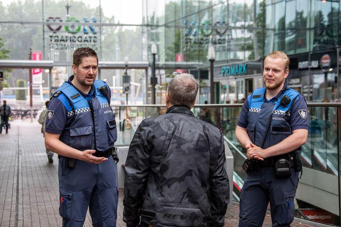 Archiefbeeld ter illustratie. Zoetermeerse handhavers Wim en Roel surveilleren door het Stadshart. Deze twee handhavers zijn niet de twee handhavers die dit weekend gewond zijn geraakt.