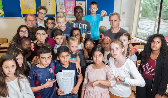 Husam (12) omarmd en omringd door zijn klasgenoten van basisschool De Toonladder in Zwolle.