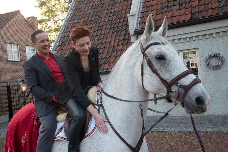 Jonathan vraagt zijn Tine ten huwelijk als Prins op het witte paard : ze zegt ja.