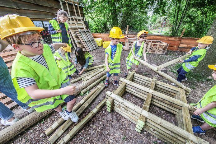 Speeldomein De Warande heeft nu ook een bouwspeelplaats, een plek waar kinderen met hout en gereedschap aan de slag kunnen.