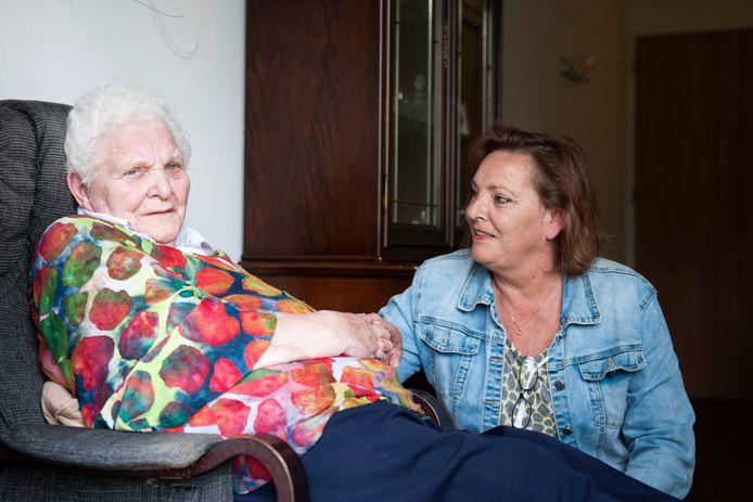 Aaltje Bruggink (91) woont sinds tien jaar op De Benring. Volgende week zaterdag moet ze verhuizen en daar wordt ze, mede vanwege haar dementie, erg onrustig van, vertelt haar dochter Marian Berends.