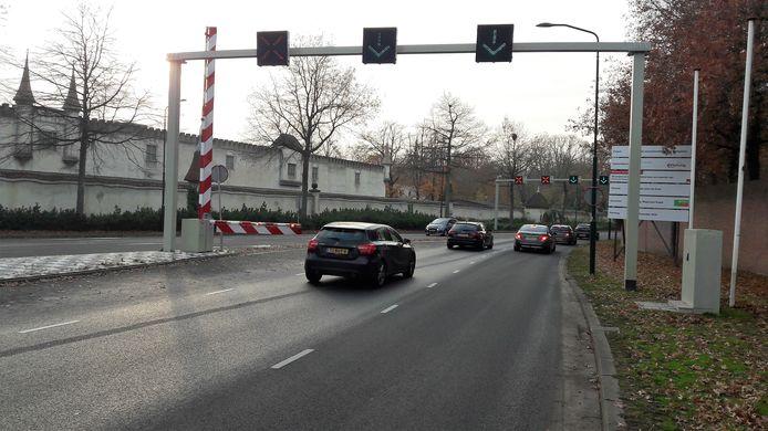 De wisselstroken op de Europalaan bij de Efteling. Met groene pijlen en rode kruizen wordt aangegeven welke rijbanen beschikbaar zijn voor het autoverkeer.