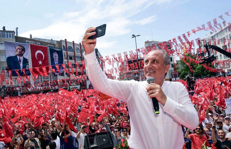 Muharrem Ince belooft een geduchte concurrent van Erdogan te worden tijdens de verkiezingen zondag. Hier maakt hij een selfie tijdens een verkiezingsrally. Beeld AP