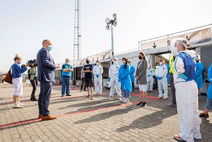 Duchateau bedankt medewerkers van het testdorp aan Spoor Oost bij de inenting van de 100.000e patiënt begin april.