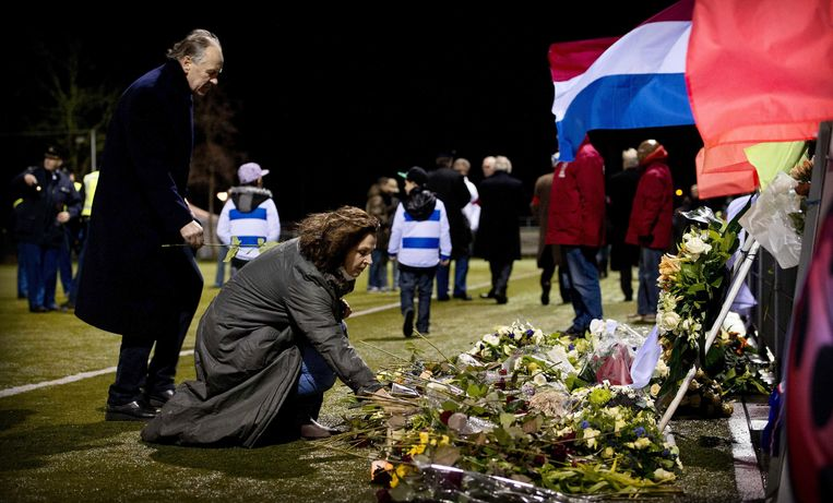 epa03503171 Dutch Minister of Sports, Edith Schippers (C) lays flowers at the memorial site of Dutch linesman Richard Nieuwenhuizen at the clubhouse of Dutch soccer club SC Buitenboys in Almere, Netherlands, 09 December 2012. The linesman of the club SC Buitenboys in Almere died on 03 December 2012 after he was allegedly beaten by teenage players of SV Nieuw Sloten following a match on 02 December 2012.  EPA/KOEN VAN WEEL Beeld EPA