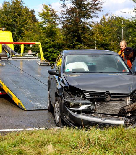 Lichte verwondingen en veel blikschade bij aanrijding tussen twee auto's op Arnhemse kruising