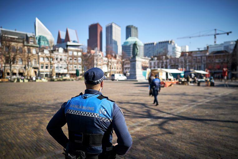 Boa's van de gemeente surveilleren in de stille straten van het centrum van Den Haag, Beeld Phil Nijhuis