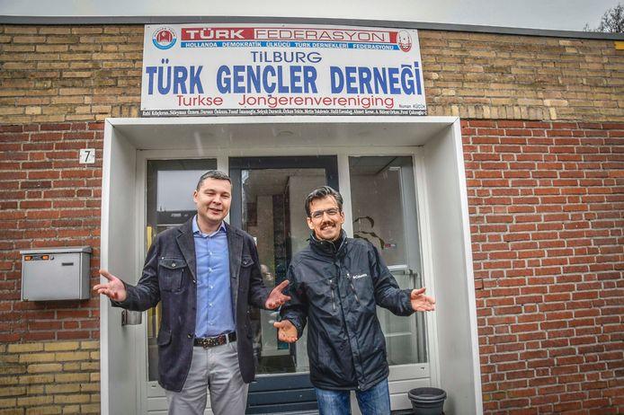 """,,Wees welkom"""". Voorzitter Ali Yildiz (rechts)  en vice-voorzitter Etem Bardakci voor het nieuwe pand aan de Eilenbergstraat dat vrijdag wordt geopend."""