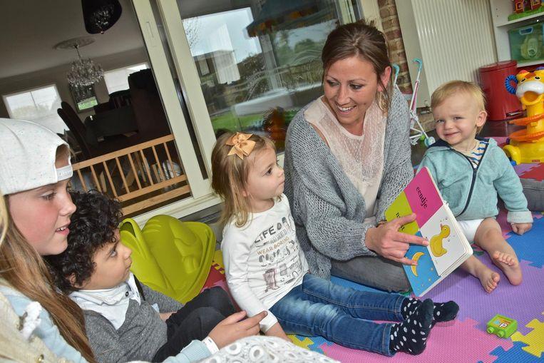 Onthaalmoeder Sylvie Kesteloot leest een verhaaltje voor aan de kinderen.