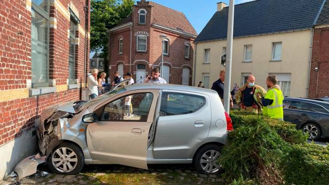 """Oudere vrouw gaat net na schooltijd rechtdoor op Aaigemdorp: """"Gelukkig passeerden er geen kinderen"""""""