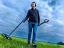 Met een metaaldetector gaat Friso Langen op zoek naar bodemschatten.