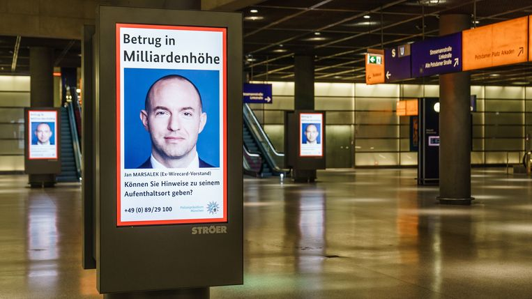 Foto's van Jan Marsalek, directeur van Jan Marsalek, verspreid op station Potsdamer Platz. Beeld EPA