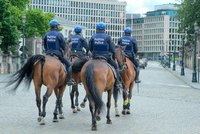 Politie te paard patrouilleert rond de Naamsepoort Beeld Marc Baert