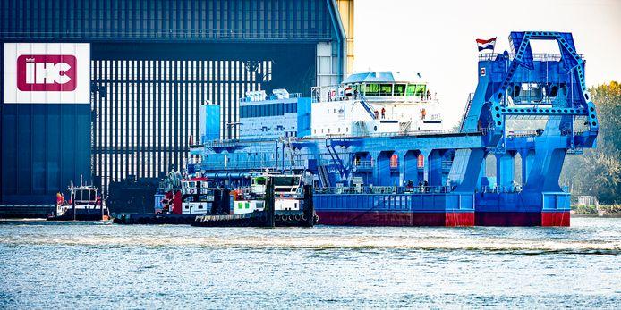 Scheepsbouwer IHC uit Kinderdijk zit in zwaar weer. Met de tewaterlating van baggerschip Hussein Tantawy is de helling van het bedrijf, dat ook vestigingen in Sliedrecht en Krimpen aan den IJssel heeft, leeg.